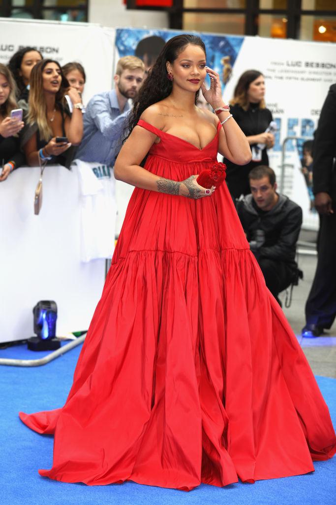Рианна в алом платье на премьере фильма