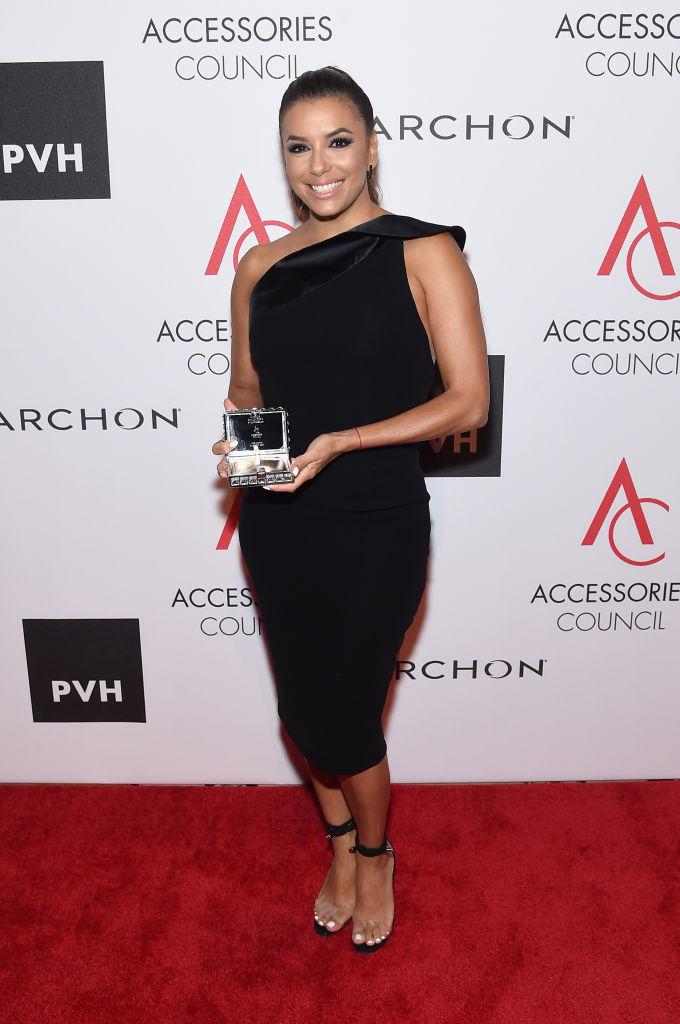 Просто и со вкусом: Ева Лонгория подчеркнула стройную фигуру миниатюрным черным платьем
