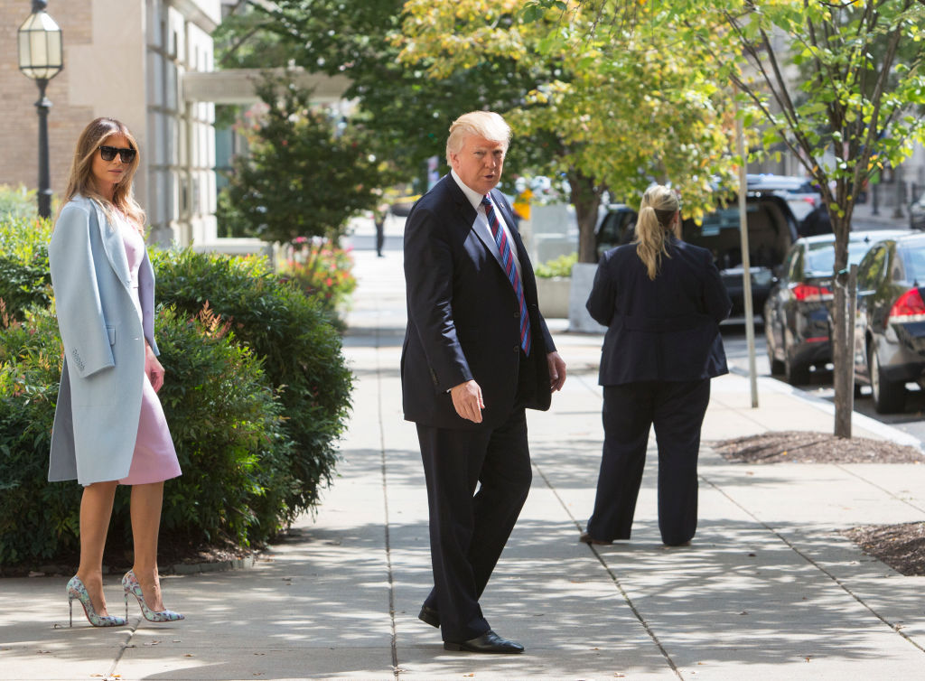Скромный наряд: в чем Мелания Трамп пришла на церковную службу