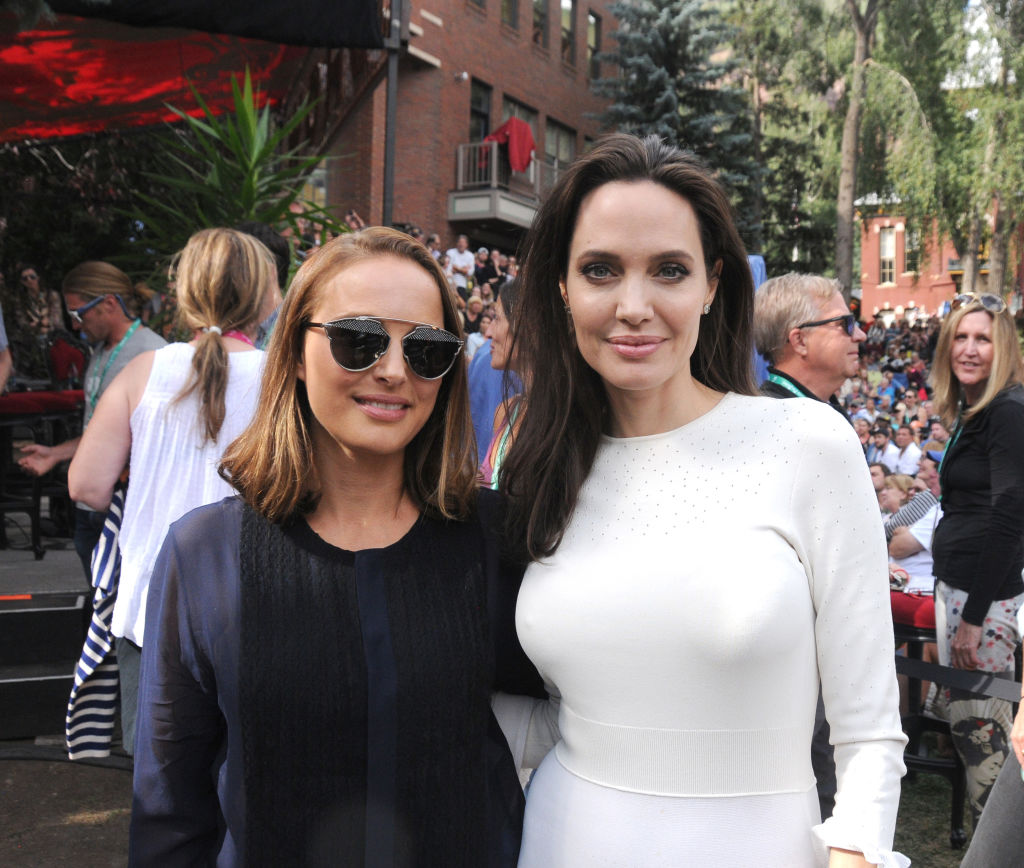 Анджелина Джоли в белом наряде восхитила публику цветущим внешним видом
