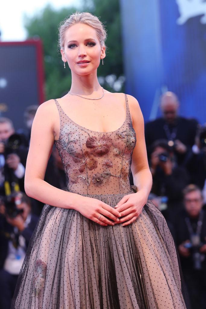 Венецианский кинофестиваль 2017: Дженифер Лоуренс появилась на красной дорожке в платье принцессы