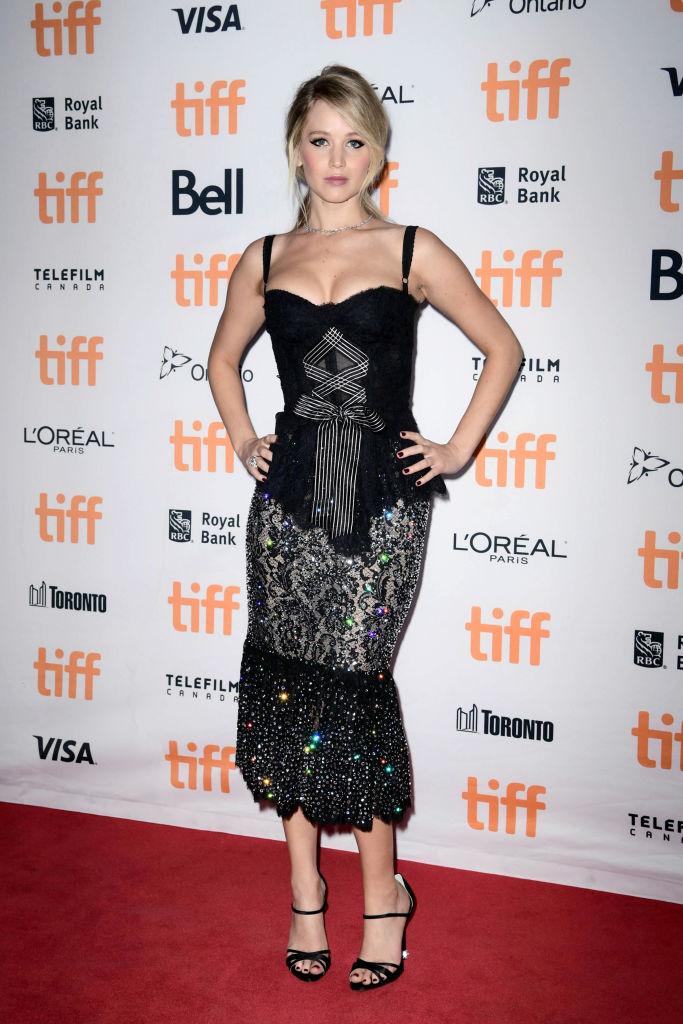Облагающее платье, глубокий вырез и томный взгляд: Дженнифер Лоуренс восхитила соблазнительным образом