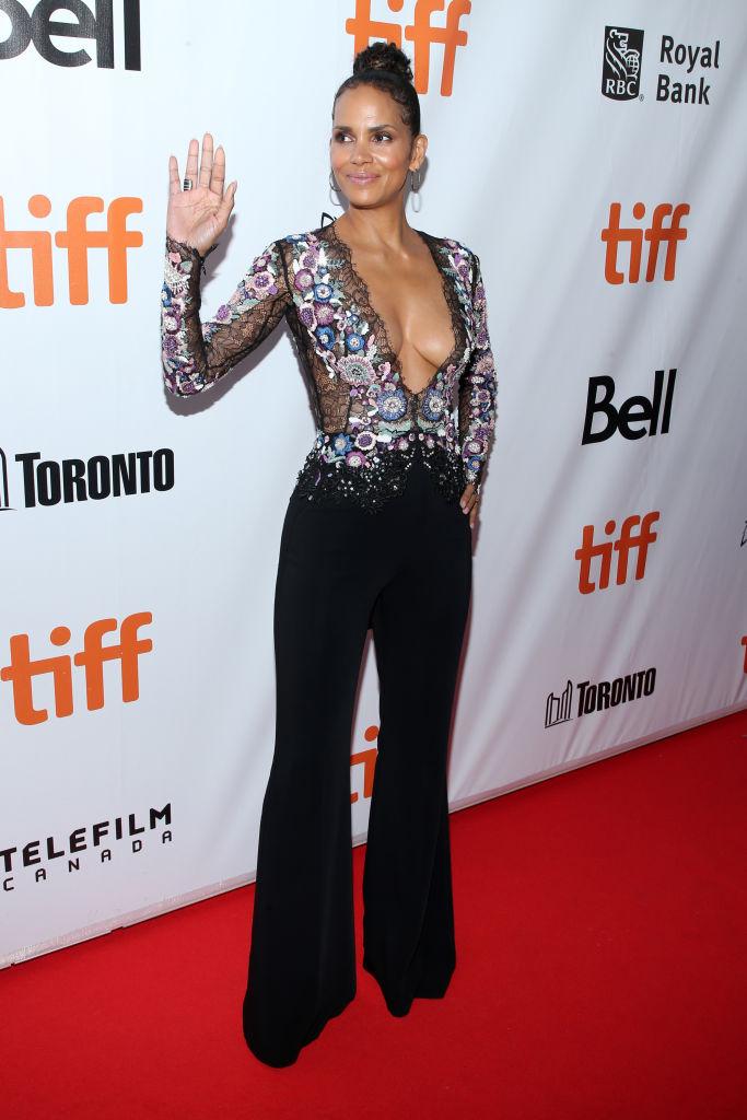 Вот это вырез! 51-летняя Холли Берри сверкнула оголенной грудью на кинофестивале в Торонто