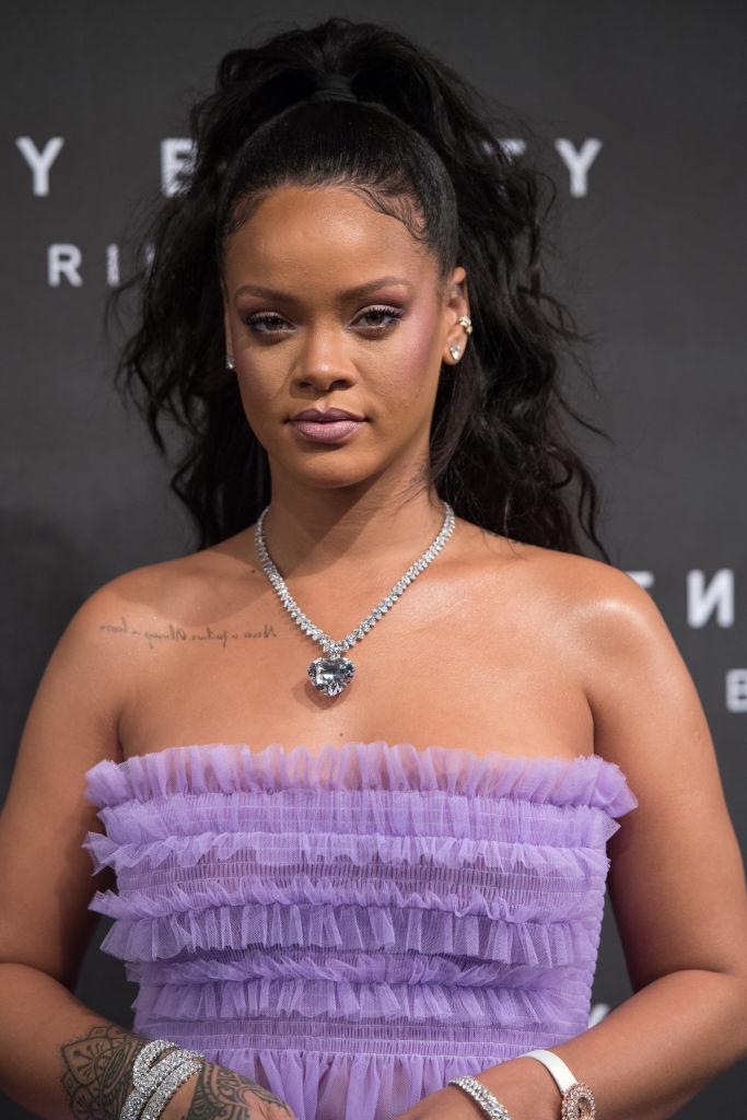 Рианну раскритиковали за располневшую фигуру в воздушном мини-платье