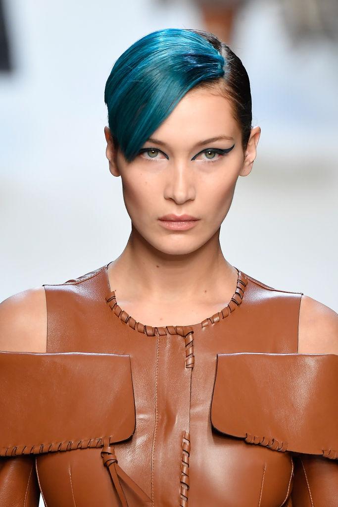 В леопардовом костюме и с голубой челкой: Белла Хадид показала яркий образ