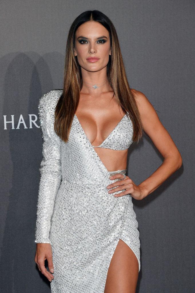 Почти голая: Алессандра Амбросио появилась на публике в сверхоткровенном платье