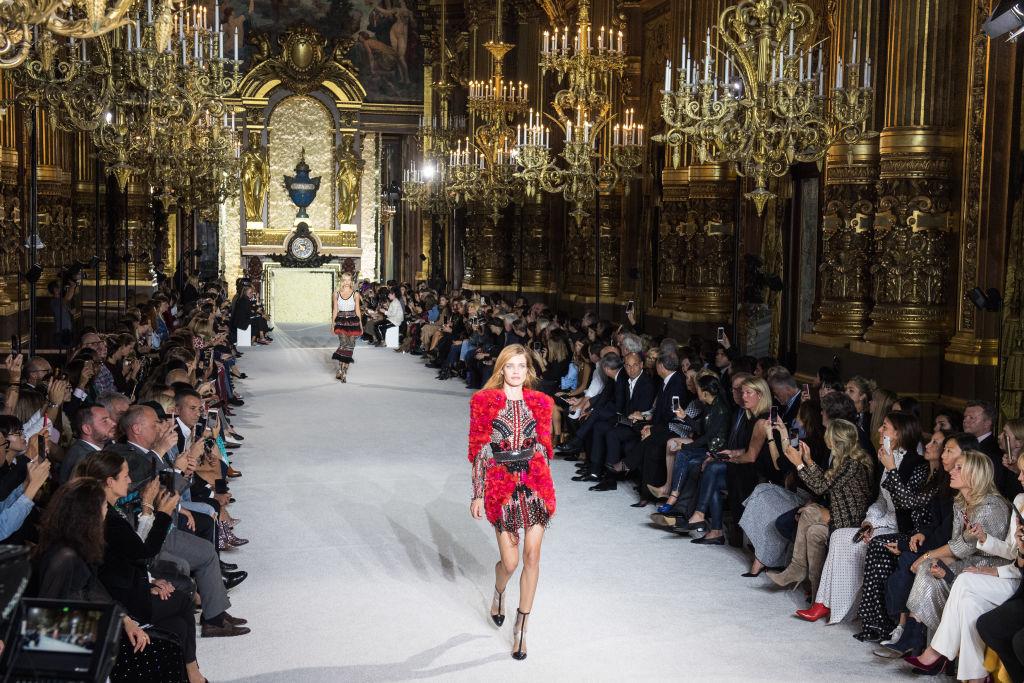 Парижский шик: Наталья Водянова блистает на показе Balmain