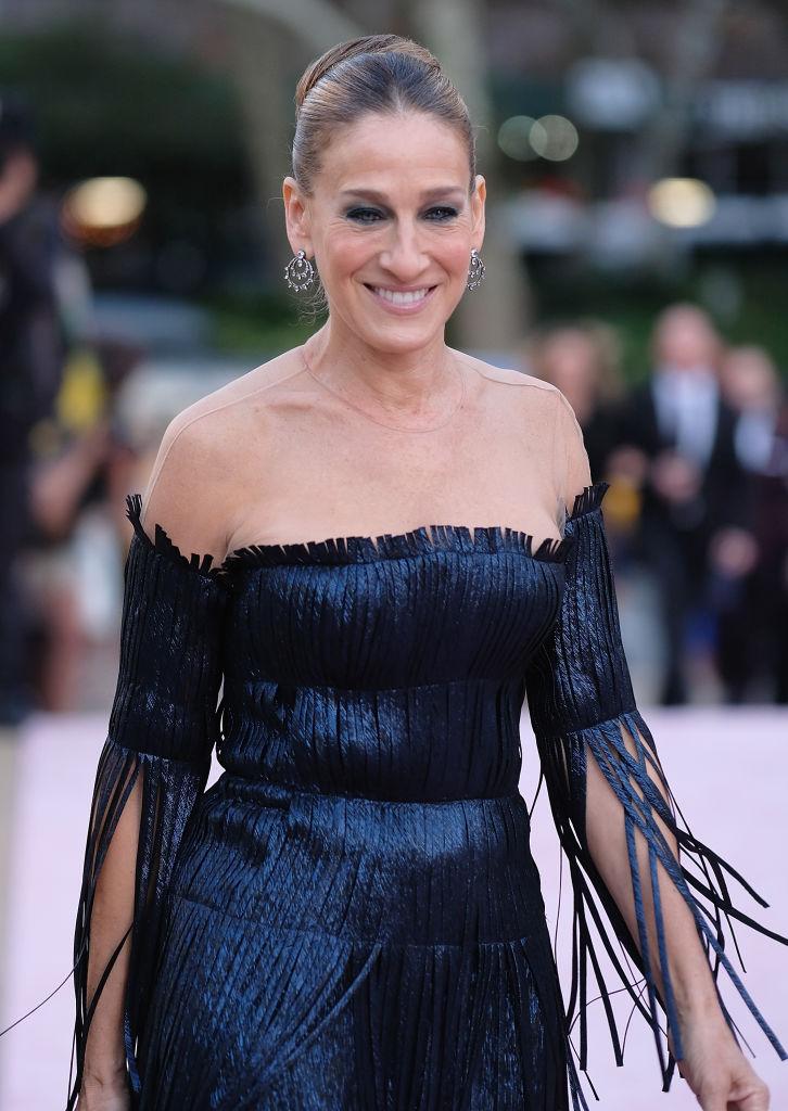 "Ламбада-style: 52-летняя Сара Джессика Паркер удивила ""рваным"" платьем"