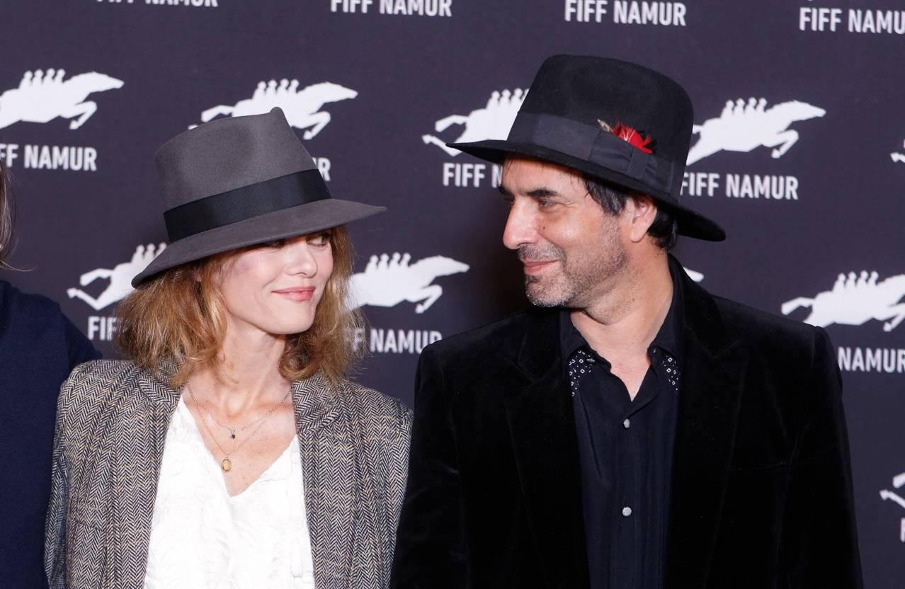 Влюбленные в шляпах: Ванесса Паради появилась на публике с бойфрендом Самюэлем Беншетри