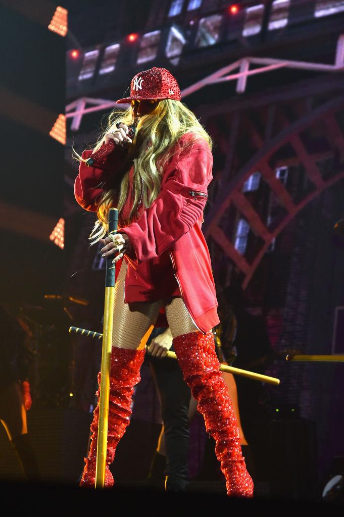 Леди в красном: 48-летняя Дженнифер Лопес вышла на сцену в мини-шортах и бюстгальтере
