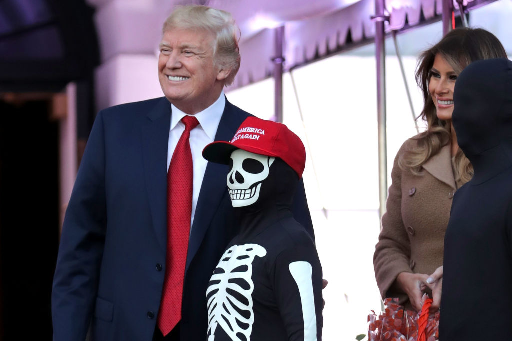 И улыбка, и удивление: эмоциональные выражения лица Мелании Трамп на празднике в честь Хэллоуина