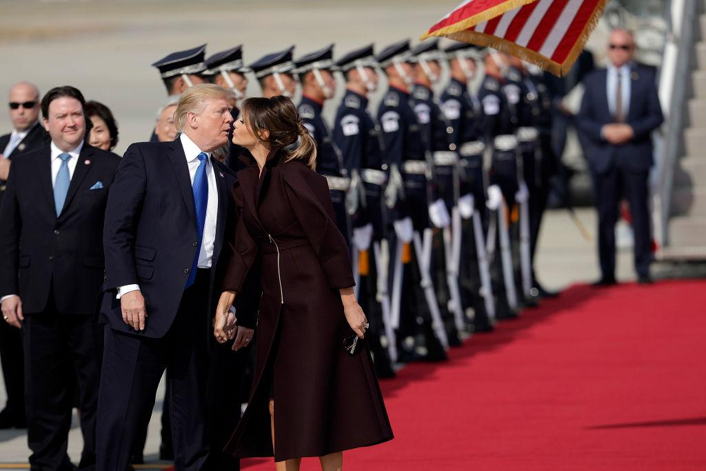 Это случилось: Дональд Трамп впервые за долгое время публично поцеловал свою жену Меланию