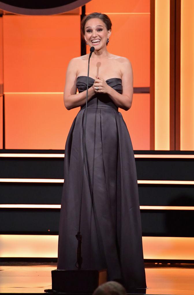 Сама нежность: Натали Портман после родов демонстрирует осиную талию в изысканном платье