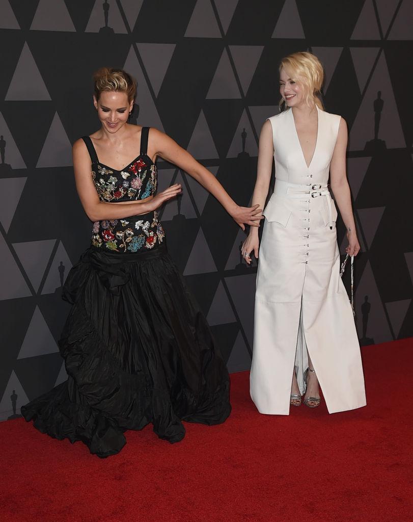 Две подружки: Дженнифер Лоуренс и Эмма Стоун веселится на красной дорожке