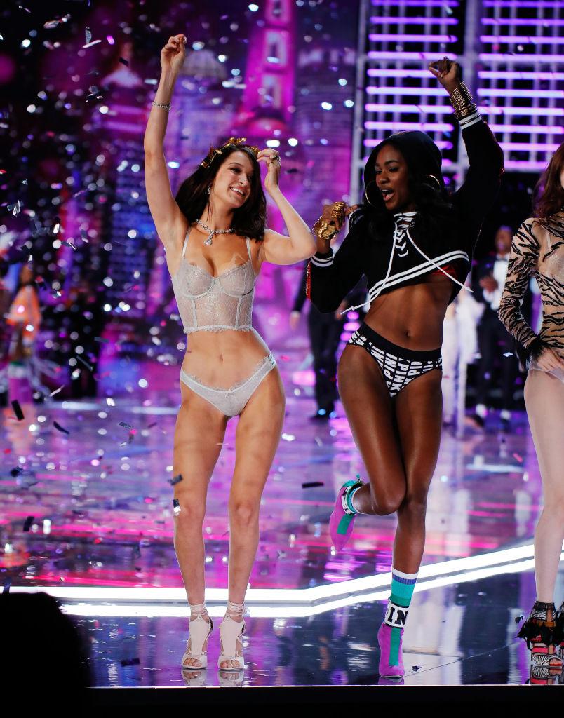 Слишком пышный бюст: Белла Хадид засветила грудь во время показала Victoria's Secret-2017