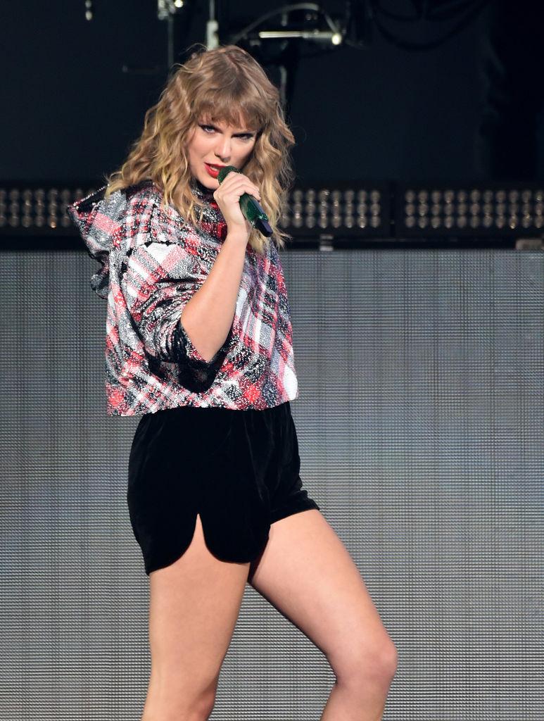 Заметно поправилась: Тейлор Свифт выступила впервые за последние несколько месяцев и удивила фигурой