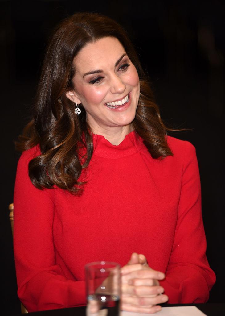 Беременная Кейт Миддлтон вышла в свет в красном платье и показала округлившийся живот