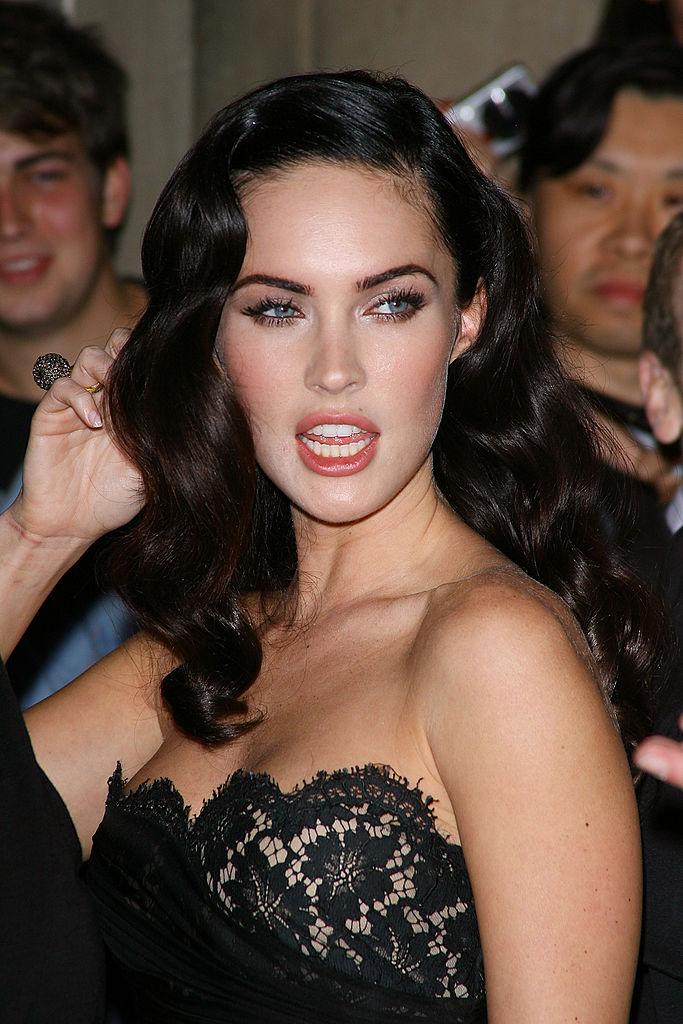 Декольте уже не то: поклонники обсуждают заметно уменьшенную грудь Меган Фокс