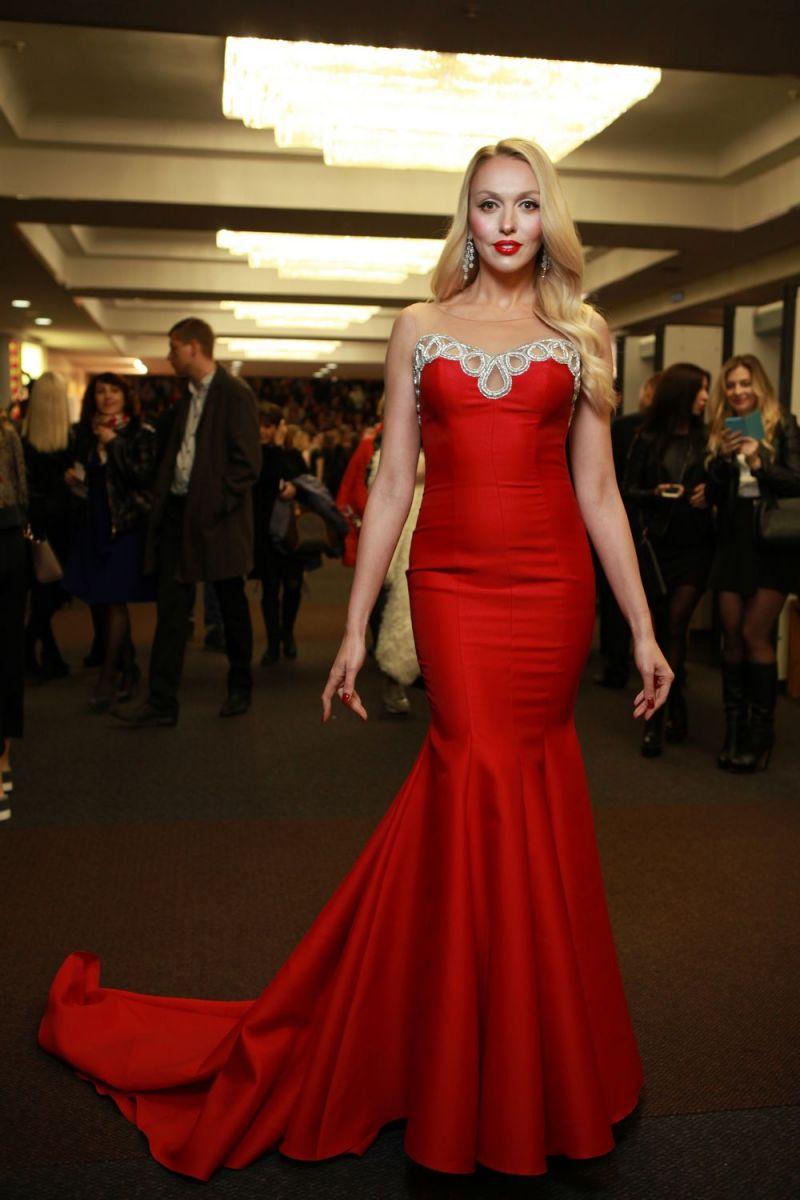 """Звездный гость: повзрослевшая дочь Оли Поляковой пришла на """"Viva! Самые красивые- 2017"""" в золотом наряде"""