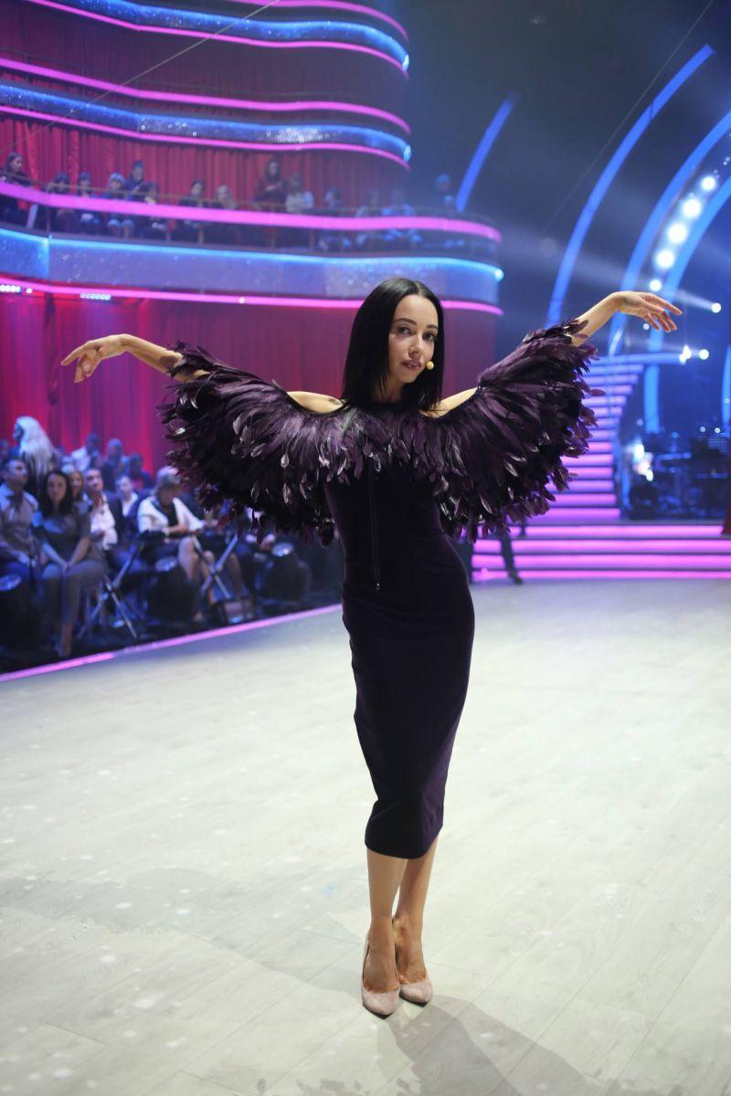 """Словно птица: Екатерина Кухар восхитила зрителей """"Танці з зірками"""" платьем в перьях"""