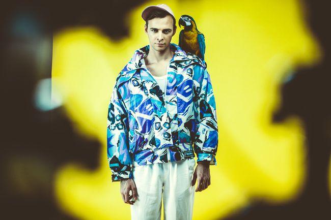 Макс Барских примерил винтажный секонд-хенд в видеоклипе Хочу танцевать