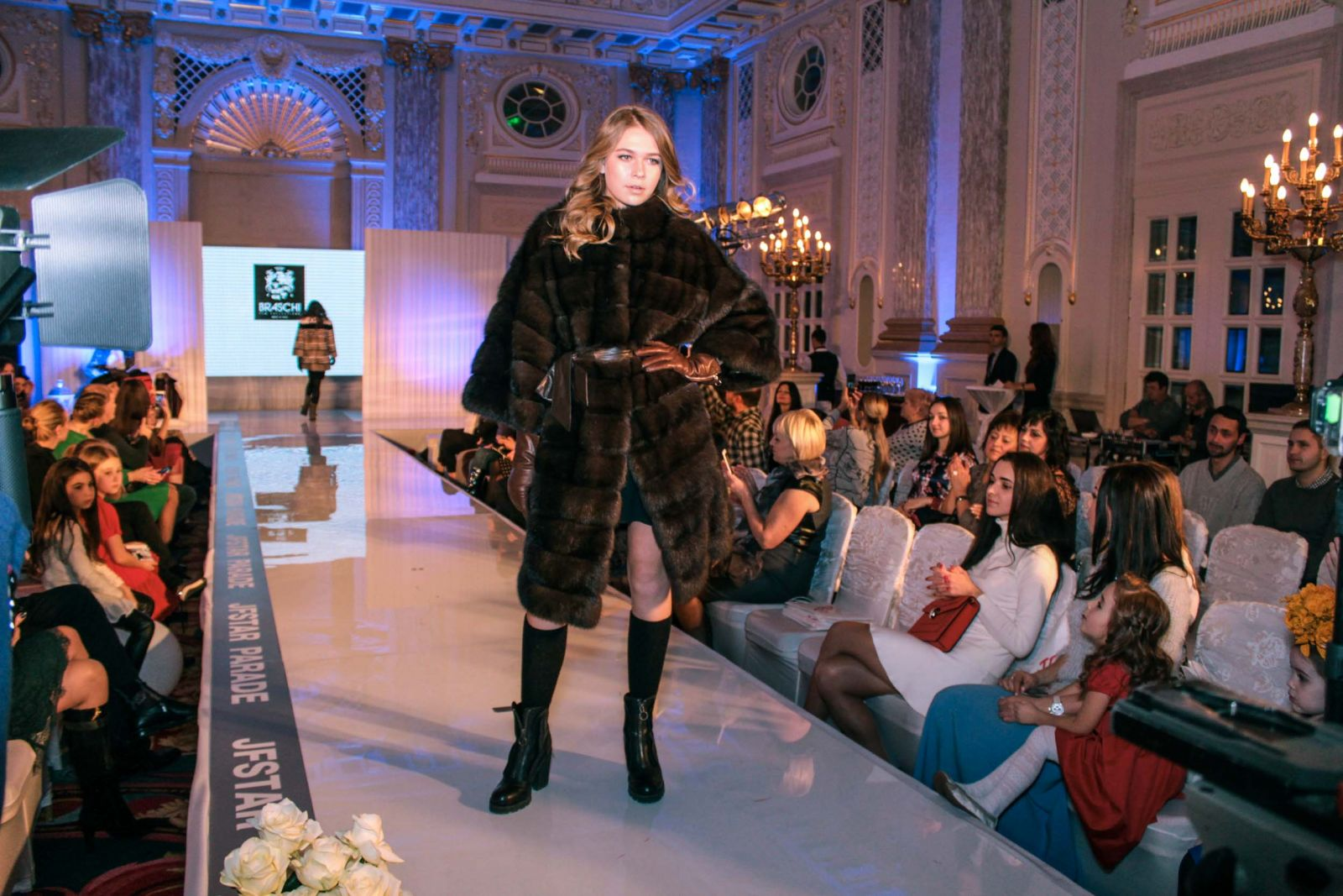 Дочь Веры Брежневой Соня вышла на подиум фешн-перфоманса