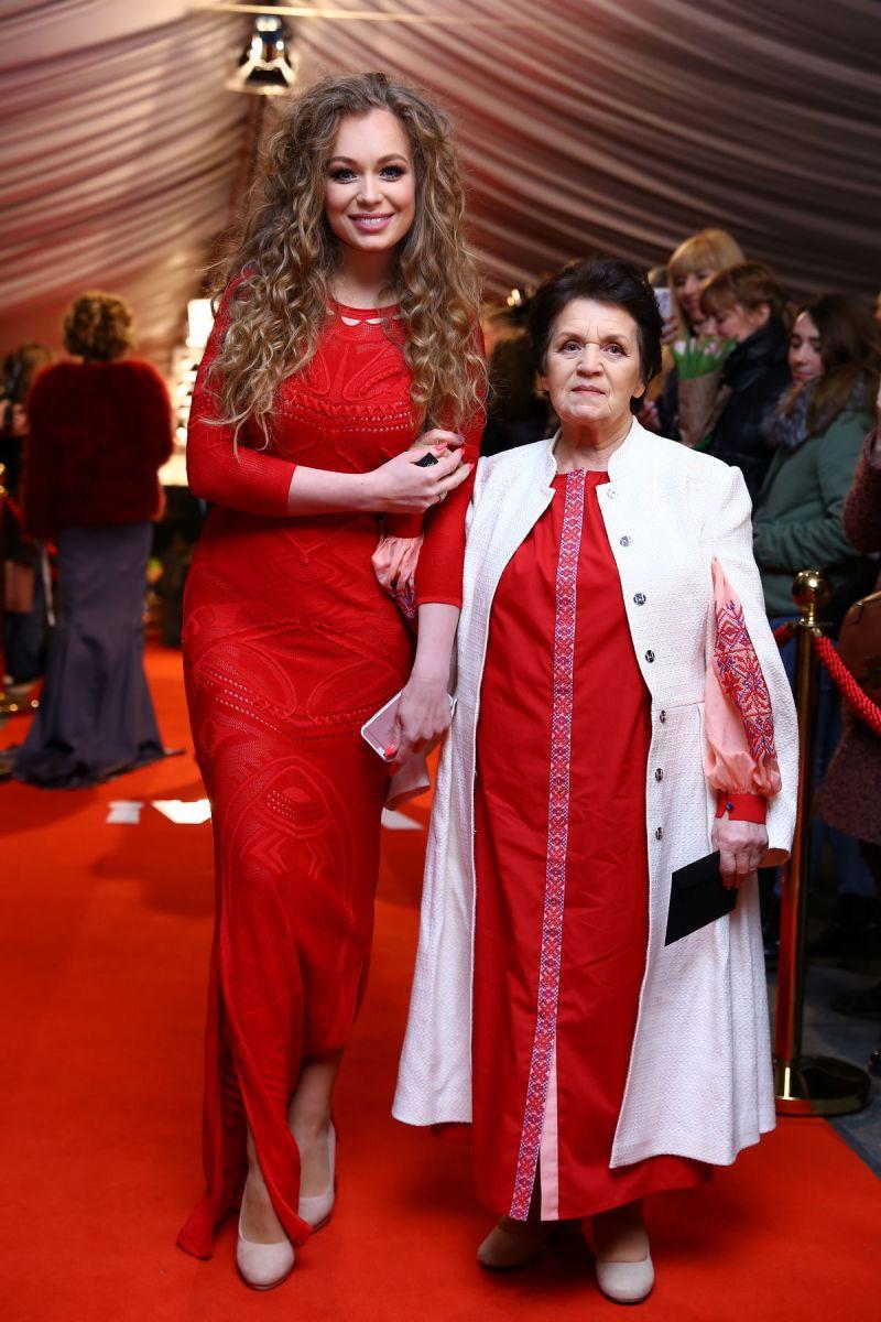 Яна Соломко с бабушкой