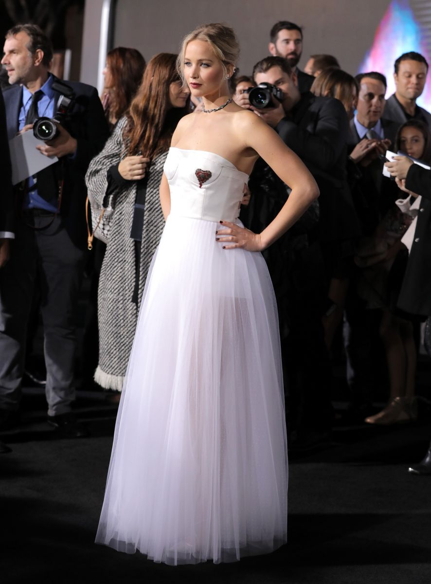 Дженніфер Лоуренс вийшла в світ у розкішній сукні нареченої