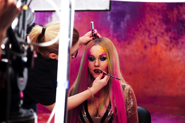 Не узнать: певица Alyosha в мини-шортиках и с розовыми волосами