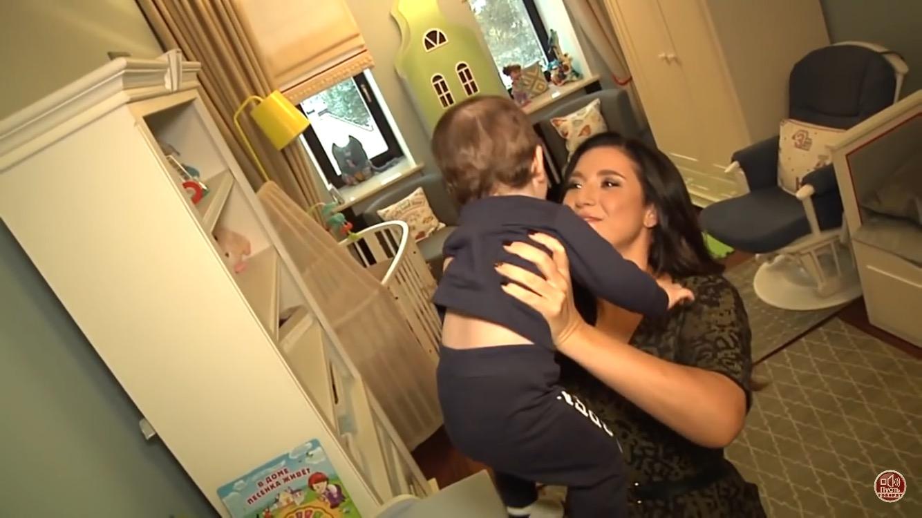 Жасмин впервые показала лицо своего третьего ребенка