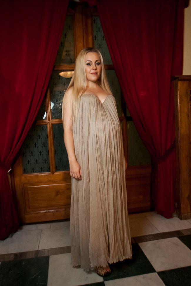 Беременная Alyosha вышла в свет в платье-бюстье