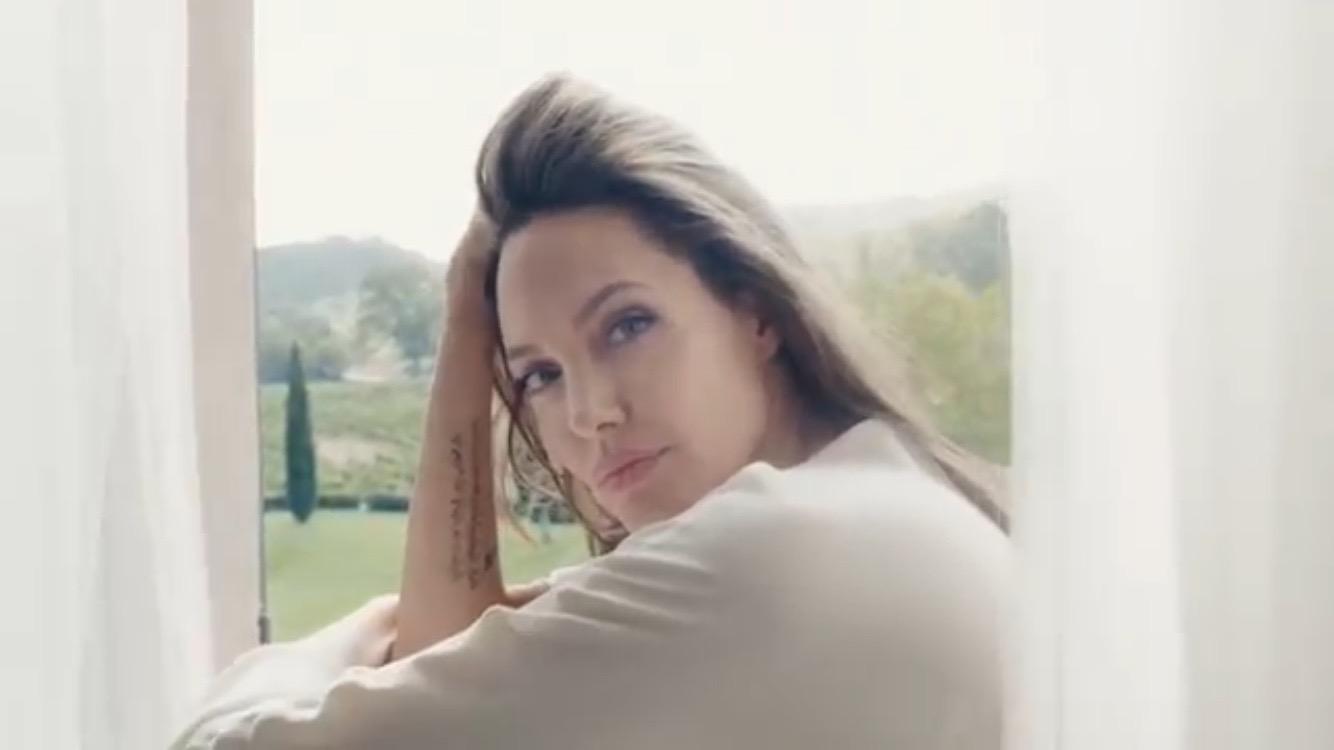 Женщина-мечта: Анджелина Джоли снялась в соблазнительной рекламе духов