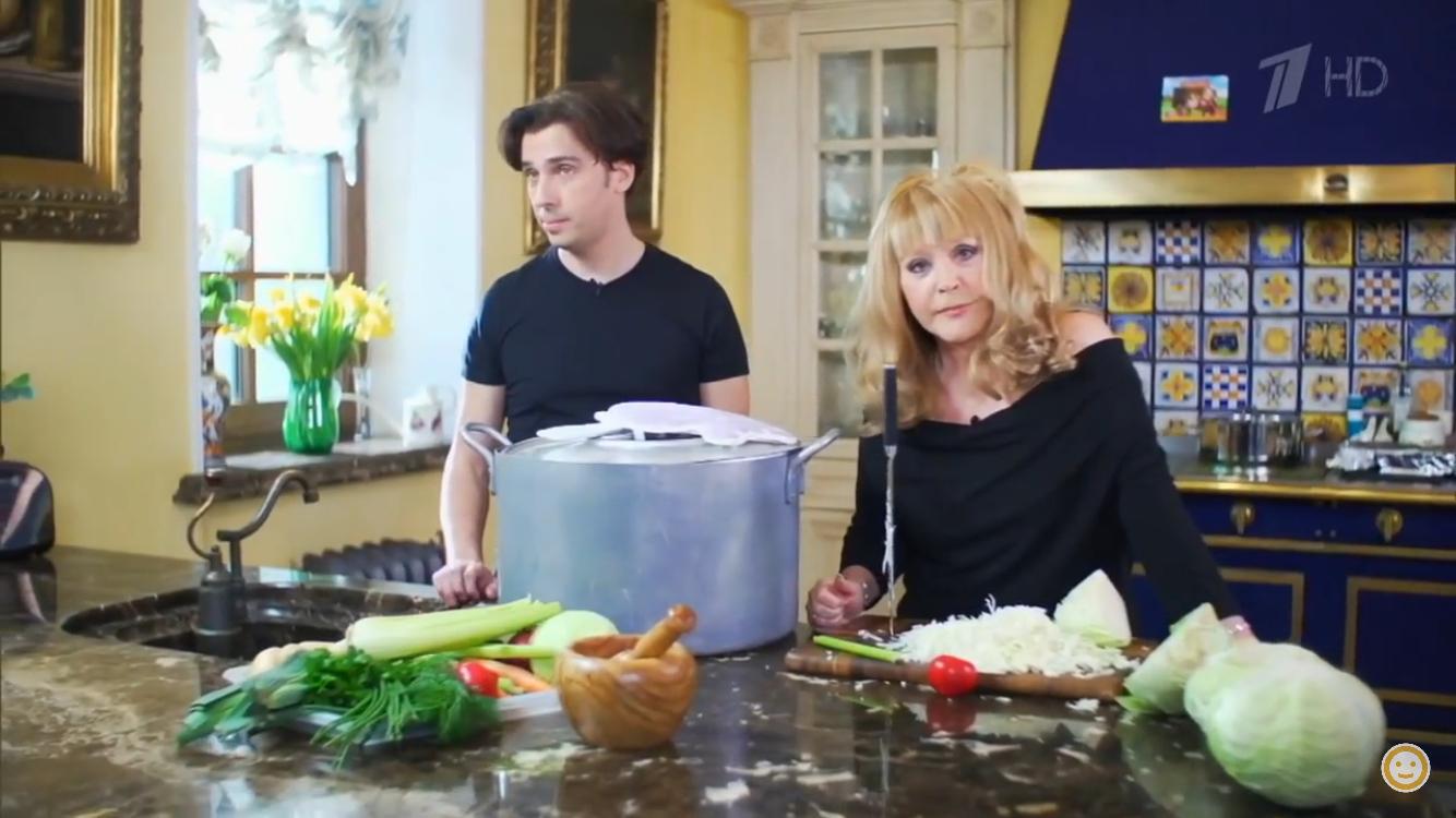 Видео: Алла Пугачева готовит на своей шикарной кухне