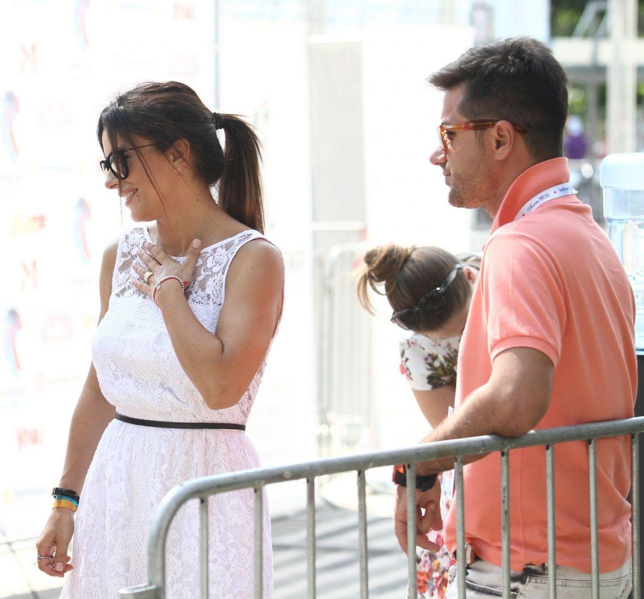 Ани Лорак позирует с любимым мужем