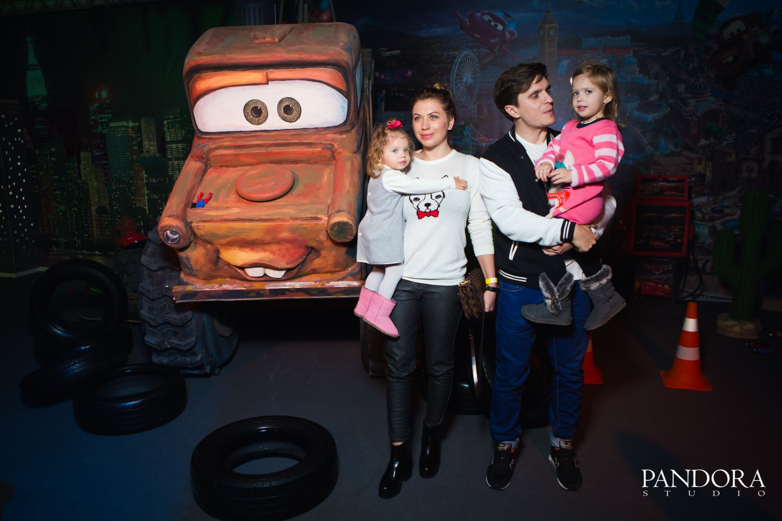 Анатолий Анатолич с женой Юлей и дочками Алисой и Лолитой