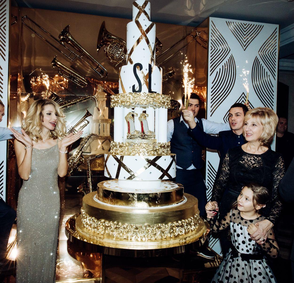 Пятиметровая картина и торт в человеческий рост: Светлана Лобода пышно отпраздновала 35-летие
