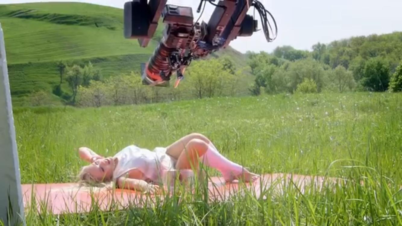 Смелые танцы и короткие юбки: как снимался новый клип певицы Alyosha