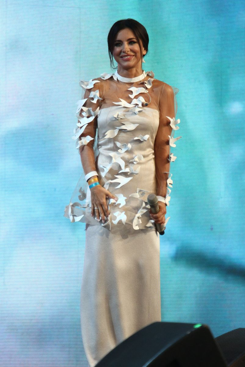 Ани Лорак вышла на сцену в сексуальном прозрачном платье