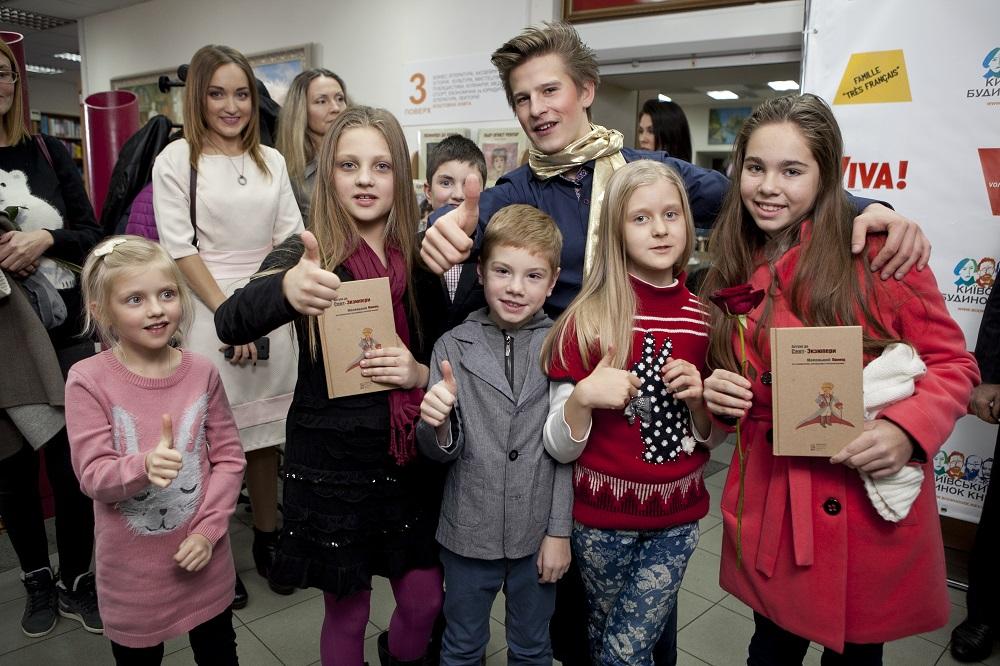 Ребята из детской театральной студии «Черный квадратик» приготовили небольшое представление для всех собравшихся.