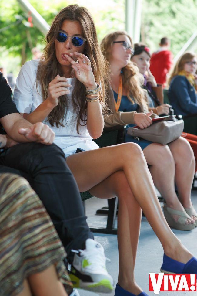 фото девушки на каблуках показывают попку на улице