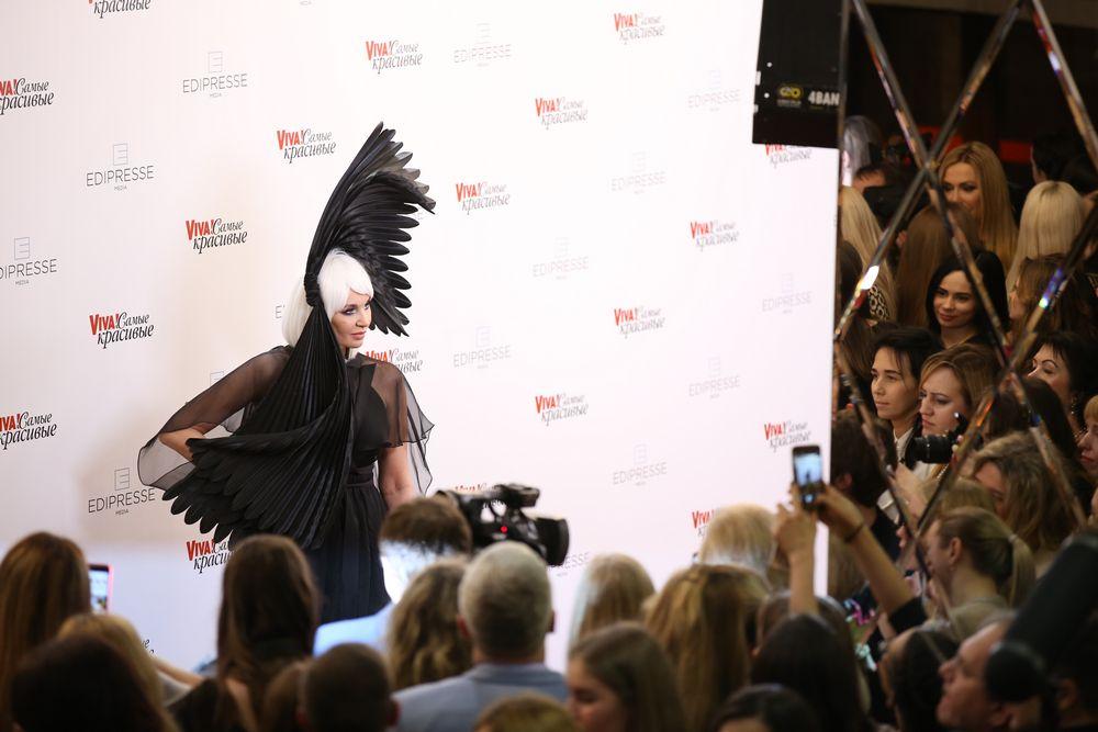 """Гламурная птица: Светлана Вольнова восхитила публику необычным нарядом на """"Viva! Самые красивые"""""""