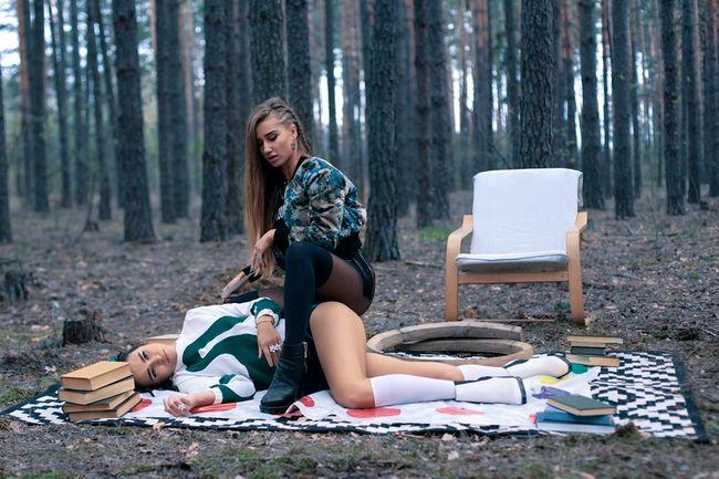 Взбалмошные девочки из Hot God презентовали провокационное видео