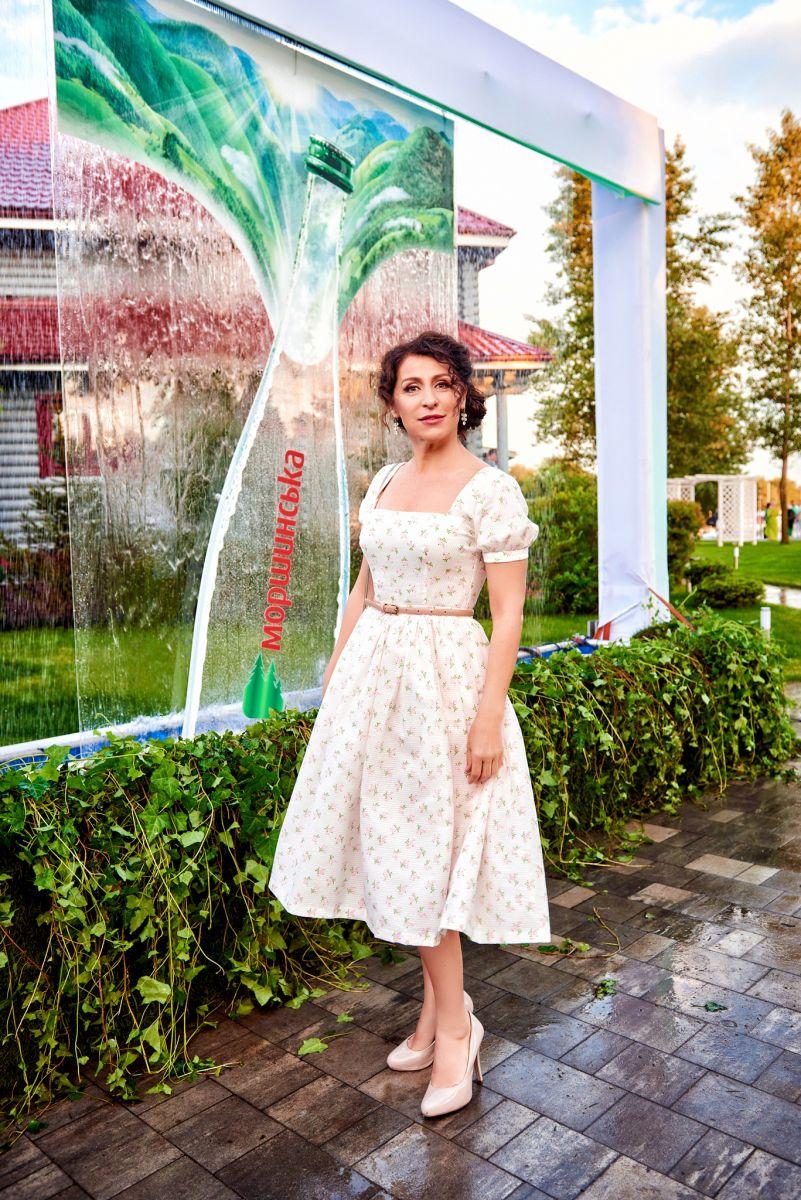 Словно девочка: Надежда Матвеева появилась на вечеринке в белом платье