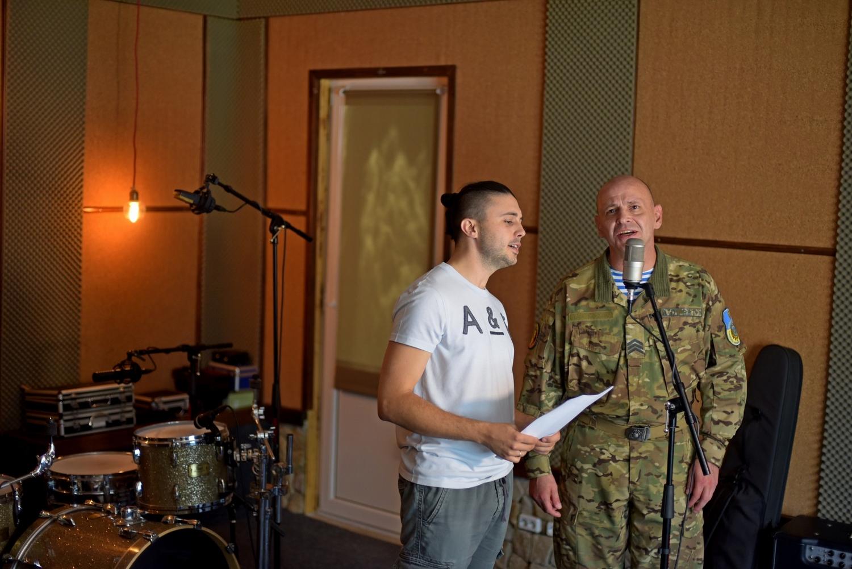 Солист группы Антитела Тарас Тополя спел песню в дуэте с бойцом АТО