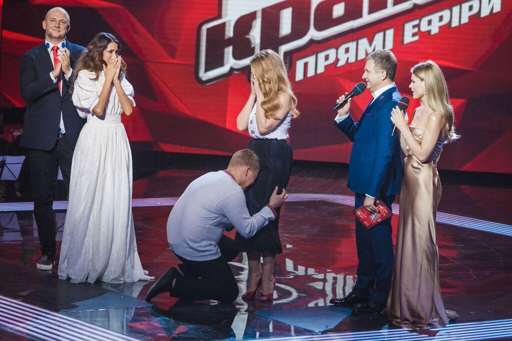 Тина Кароль в вышиванке от Miu Miu и юбке от Ulyana Sergeenko