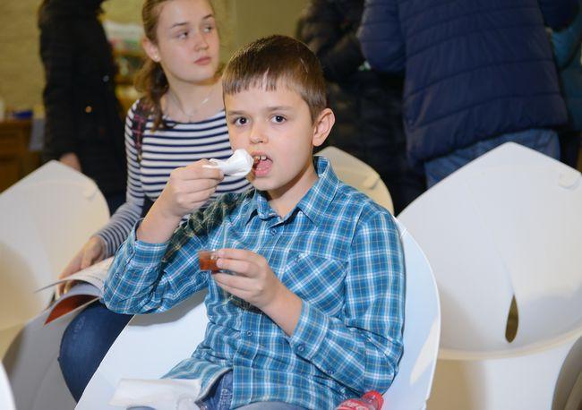 Руслан Сеничкин презентовал второй тираж своей кулинарной книги и угощал гостей джемом из хурмы