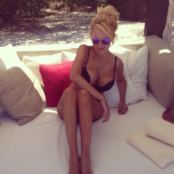 Яна Рудковская попробовала мясо на отдыхе в Мексике в бикини голая на пляже