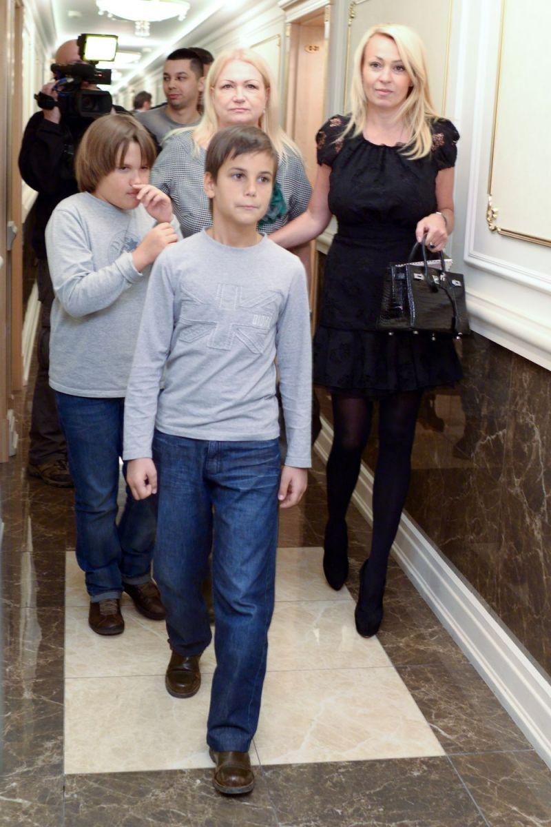 Яна Рудковская с сыновьями и мамой