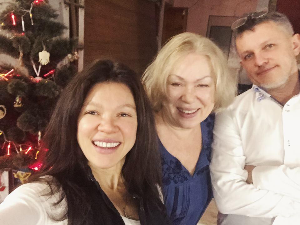 Руслана показала семейные фото с мужем и мамой
