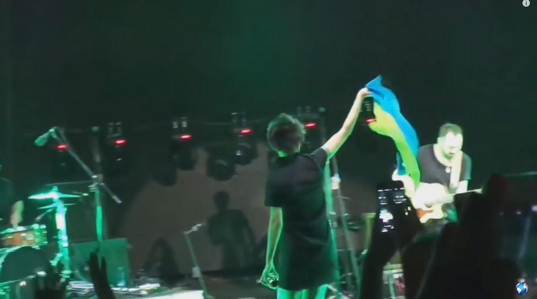 Земфира развернула украинский флаг на концерте в Грузии